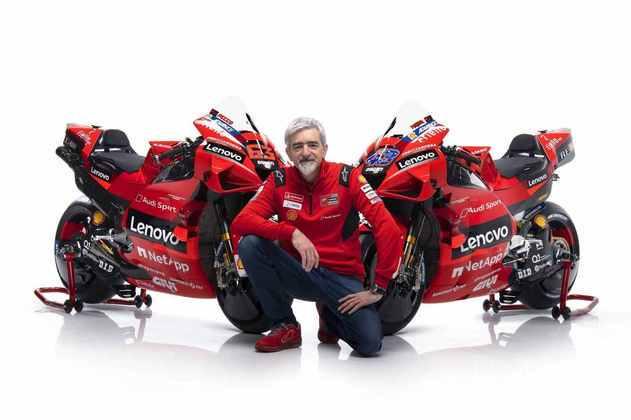 Gigi Dall'Igna, chefe da Ducati, ao lado das Desmosedici