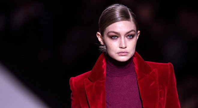 A modelo Gigi Hadid pediu desculpas depois de aparecer excessivamente bronzeada na capa de uma revista