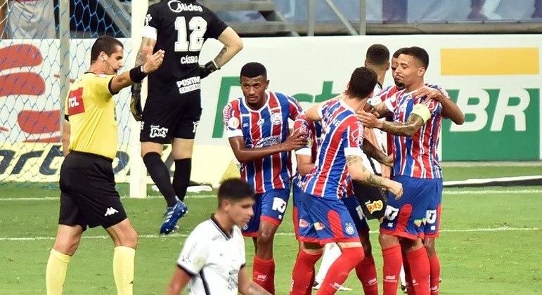 Jogadores do Bahia comemoram gol que abriu placar para vitória