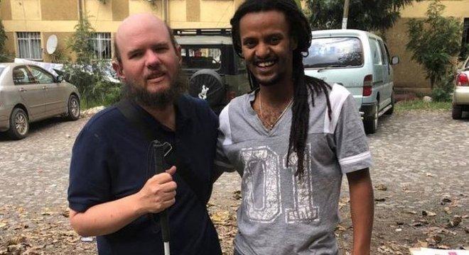Giles usa a internet para entrar em contato com guias e moradores dos países que vai visitar; assim consegue se programar com antecedência e conseguir a ajuda de locais