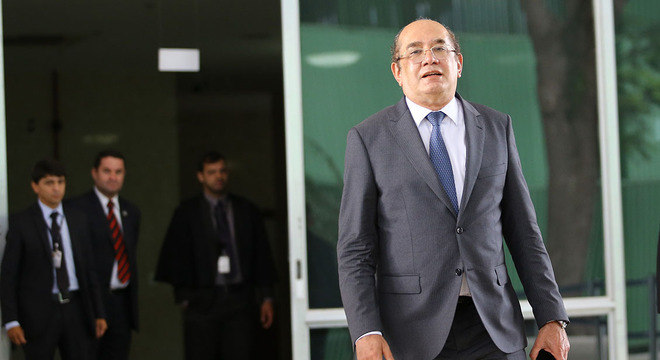 Gilmar Mendes deixa STF para embarcar para Portugal