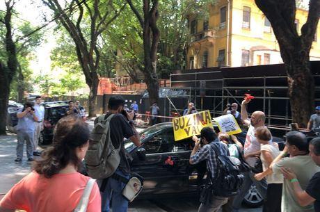 Manifestantes jogaram tomate no carro do ministro