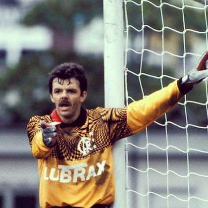 Gilmar Rinaldi também utilizou uniformes icônicos no Flamengo. Entre 1990 e 1994, uma das camisas usadas pelo goleiro foi essa amarela com detalhes pretos, que ficou marcada no clube
