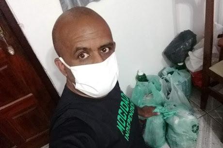 Gilvan organiza as doações em sua própria casa