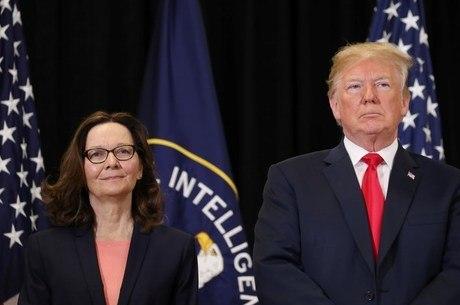 Gina Haspel e Donald Trump na posse de Haspel na CIA
