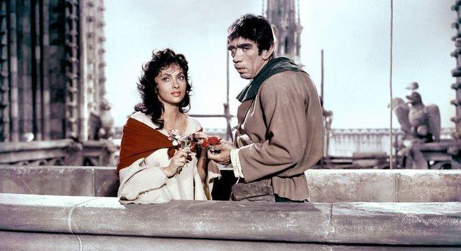 A atriz italiana Gina Lollobrigida interpretou Esmeralda e o ator mexicano-americano Anthony Quinn foi Quasimodo em um filme de 1956