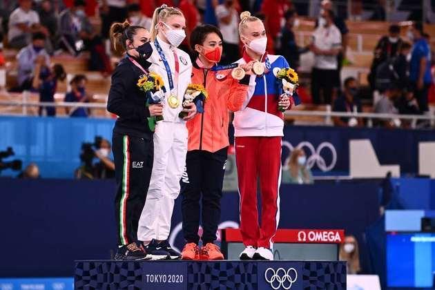GINÁSTICA ARTÍSTICA - Jade Carey, dos Estados Unidos, fez 14.366 pontos e conquistou a medalha de ouro. Após ficar em 4º lugar em Londres-2012 e Rio-2016, a italiana Vanessa Ferrari (14.200) ficou com a prata. Já a japonesa Mai Murakami e a russa Angelina Melnikova empataram com 14.166 e dividiram a medalha de bronze.