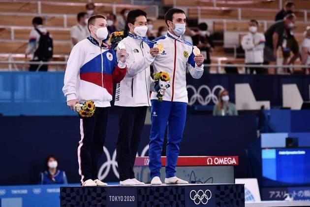 GINÁSTICA ARTÍSTICA - O sul-coreano Shin Jea-hwan fez 14.783 pontos e conquistou a medalha de ouro no salto masculino. O russo Denis Ablyazin fez a mesma pontuação, mas perdeu no critério de desempate e ficou com a prata. Já Artur Davtyan, da Armênia, terminou com a bronze após anotar 14.733.
