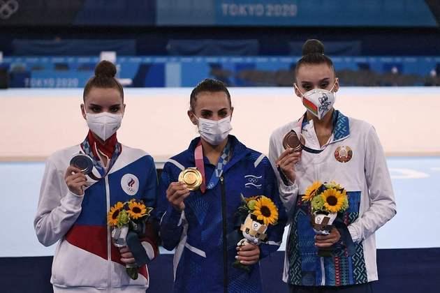 GINÁSTICA RÍTMICA - Linoy Ashram quebrou uma hegemonia de 25 anos das russas no topo do pódio do individual geral da ginástica rítmica. A israelense superou as gêmeas Dina e Arina Averina, do Comitê Olímpico Russo, e conquistou um ouro inédito para Israel. Dina ficou com a prata, enquanto Arina falhou na última apresentação e perdeu o bronze para Alina Harnasko, de Belarus.