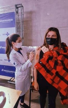 Giovanna Antonelli foi vacinada contra acovid-19nesta quarta-feira (30). Em post publicado nas redes sociais, a atriz relembrou o pai, o ator e cantor Hilton Prado, morto no em janeiro desde ano, sem tempo de receber o imunizante