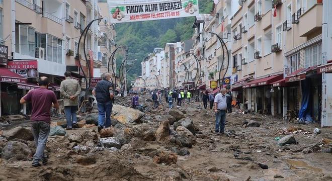 Rua atingida pela inundação após fortes chuvas no distrito de Dereli de Giresun