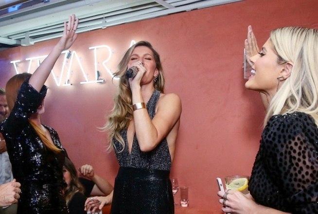 A top model se mostrou muito a vontade no palco na hora de cantar 'Evidências'
