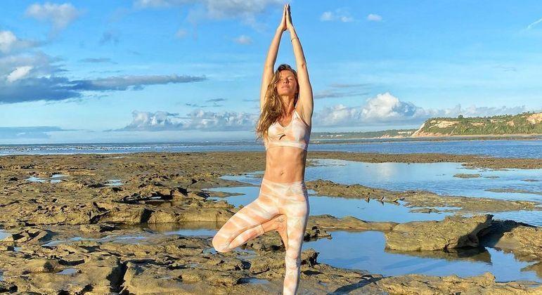 Gisele contou que se sente mais forte e feliz desde que começou a meditar e praticar ioga