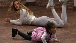 Gisele Bündchen dá um show de fofura dançando com crianças na TV americana ()
