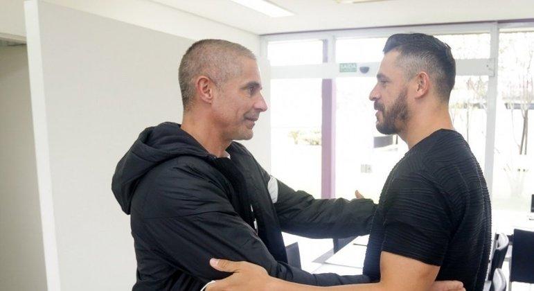 Sylvinho também tem esperança que tudo comece a mudar com Giuliano no time