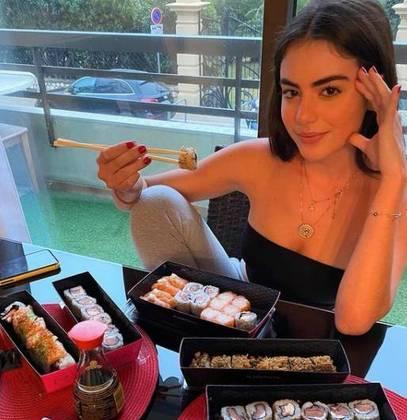 Giullia contou que as leis de Mônaco permitem que um jovem a partir de 14 anos já possa ter habilitação para moto. Foi desta forma que ela conquistou o emprego no restaurante.