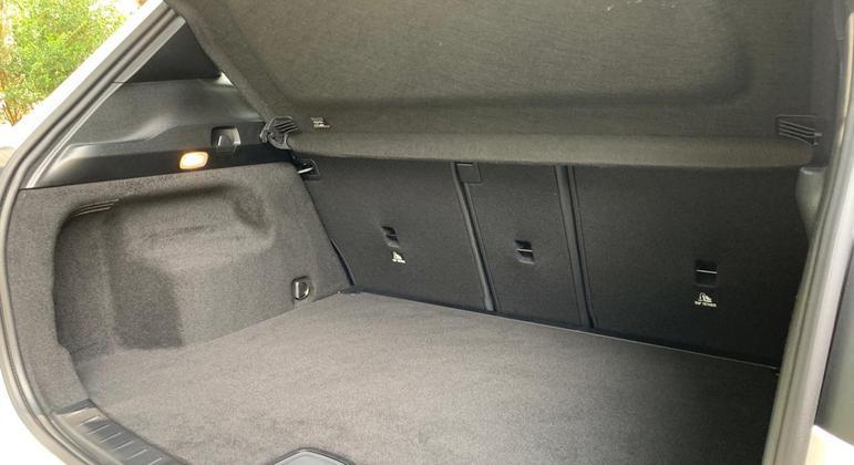 Os bancos do motorista e passageiro são elétricos e tem comandos na porta como todo Mercedes
