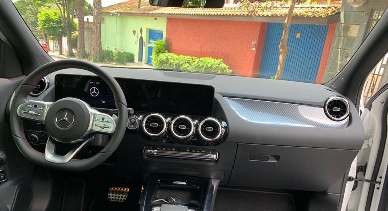 A coluna de direção tem ajuste de altura e profundidade, ou seja, achar uma boa posição de dirigir não é tarefa difícil.