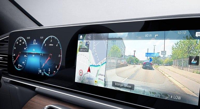 No dia a dia o som de alta fidelidade e a projeção dos mapas em 3D na tela conferem um ar futurista à cabine