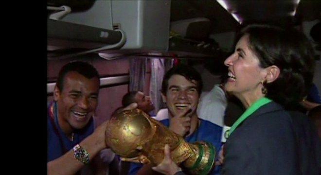 Em 2002, Globo e seus privilégios. Fátima Bernardes no ônibus da Seleção