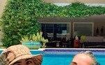 Outra que apareceu toda poderosa foi a Gloria Pires. O clique mostra a atriz com cabelos grisalhos e curtindo um banho de sol ao lado da filha