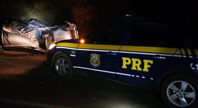GM Corsa invadiu a pista contrária e atingiu a frente do veículo pesado Crédito: PRF / Divulgação CP