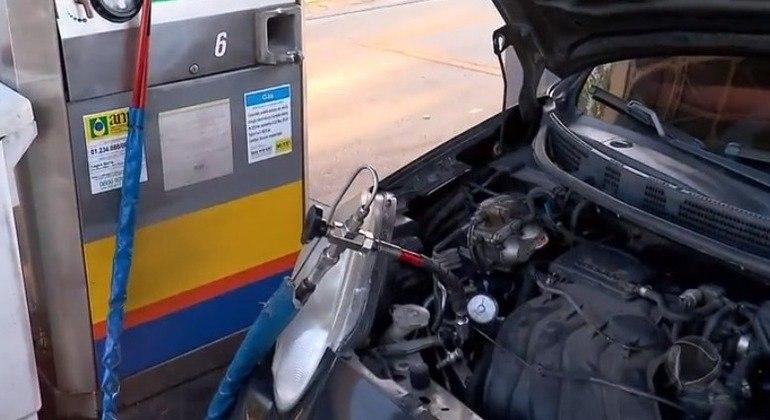Abastecer veículos com GNV garante economia de 50%
