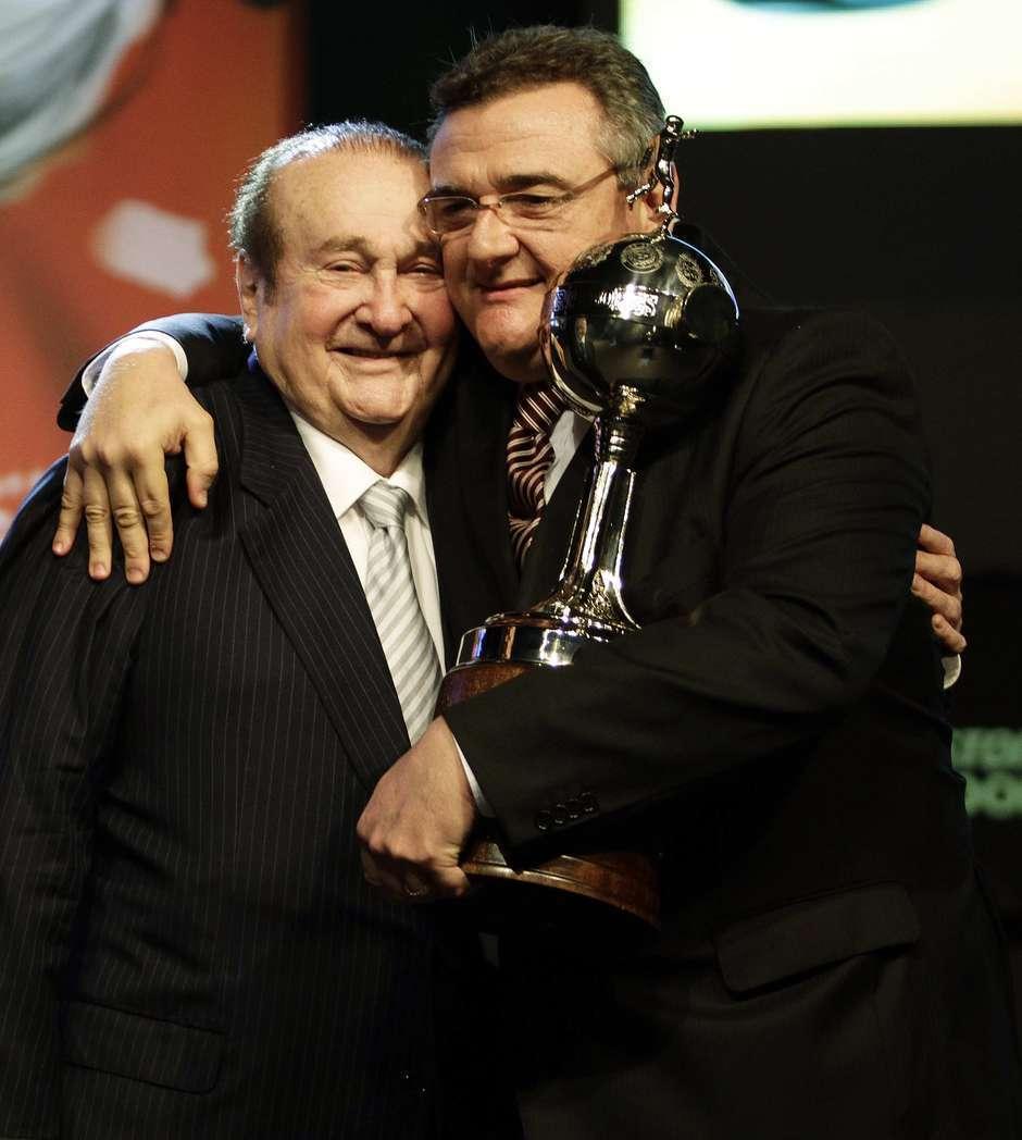 Gobbi com o troféu da Libertadores, abraçado a Nicolás Leoz. Ex-pupilo de Andrés