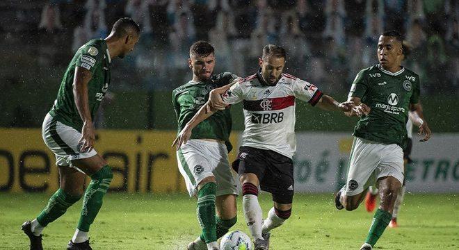 Goiás: SOBE - Entre os poucos pontos positivos dos goianos, Shaylon teve trabalho com Brunho Henrique e teve sucesso durante o primeiro tempo.   DESCE - O zagueiro Fábio Sanches falhou ao escorregar e perder a bola no lance do segundo gol rubro-negro.
