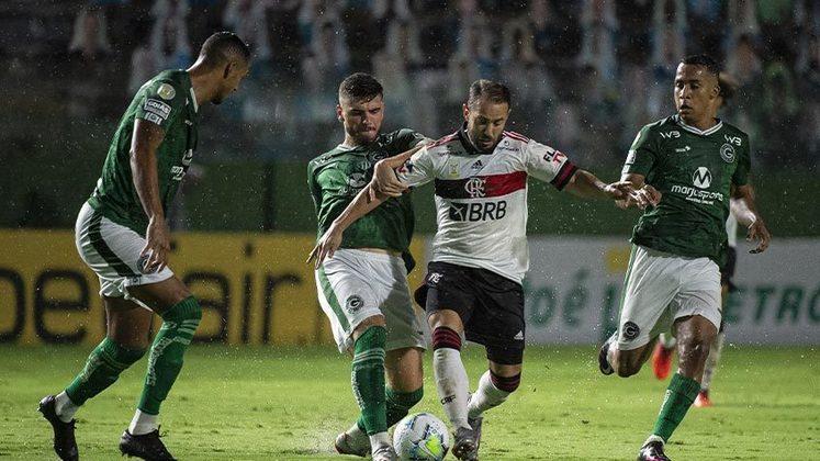 Goiás: SOBE - Entre os poucos pontos positivos dos goianos, Shaylon teve trabalho com Brunho Henrique e teve sucesso durante o primeiro tempo. | DESCE - O zagueiro Fábio Sanches falhou ao escorregar e perder a bola no lance do segundo gol rubro-negro.