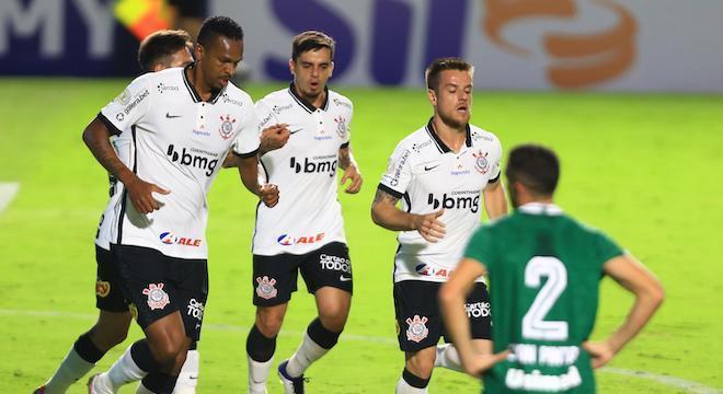 Ramiro tentou Jô na área, mas Fábio Sanches marcou contra para Corinthians