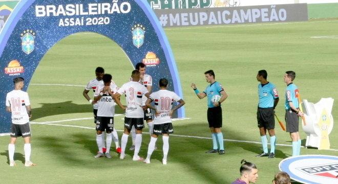 Elenco do São Paulo e árbitros chegaram a entrar em campo em Goiás
