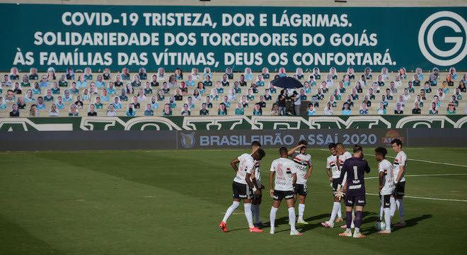 São Paulo esperando à toa. Dez jogadores do Goiás infectados. Resultado saiu hoje