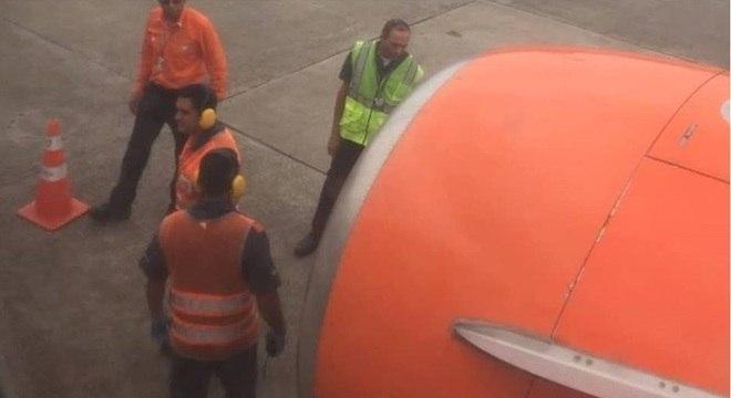 Funcionários da companhia aérea inspecionam motor após o incidente