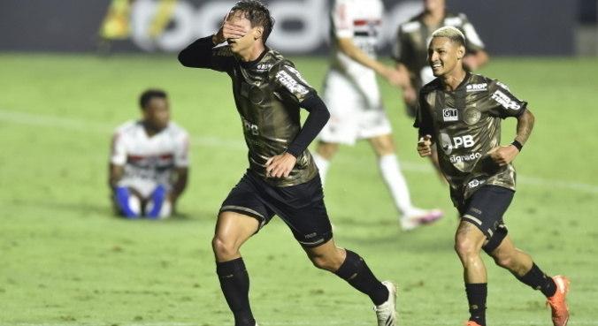 São Paulo de Diniz. Incompetente para vencer fraco Coritiba. Time sem alma de campeão