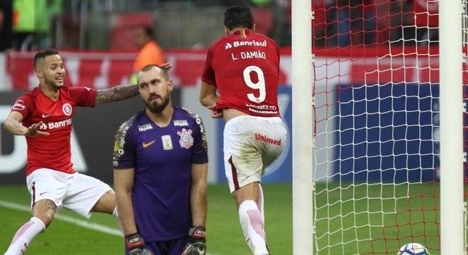 o segundo gol saiu de um erro de Mantuan, revelação corintiana, que saiu de campo consolado por companheiros de equipe