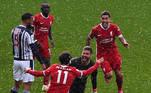 O Liverpool venceu o West Bromwich por 2 a 1 com gol salvador de cabeça do goleiro Alisson no final da partida neste domingo (16). Com a vitória os Reds continuam vivos pela disputa da vaga na Champions League a um ponto da zona de classificação