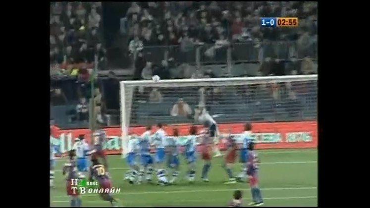 Gol de falta contra o La Coruña - No Campeonato Espanhol 2005/2006, em um jogo difícil contra o Deportivo La Coruña, R10 marcou um golaço de falta nos primeiros minutos. Assim que bateu na bola, o brasileiro já saiu para comemorar sabendo que a redonda entraria.