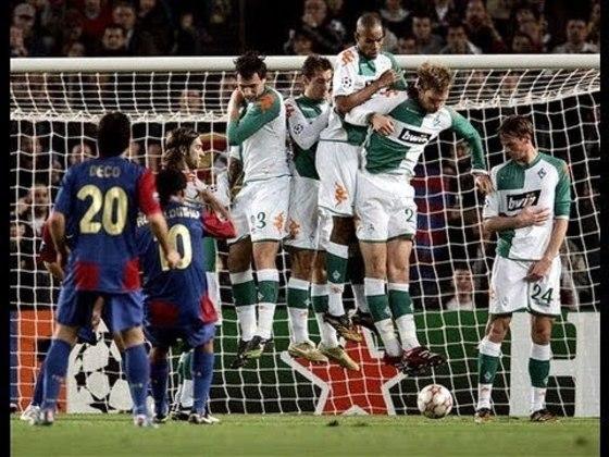 Gol de falta contra o Werder Bremen - Um dos momentos mais mágicos da carreira de Ronaldinho foi na Liga dos Campeões 2006/2007. Contra o Werder Bremen, o craque bateu falta por baixo da barreira e fez um golaço.
