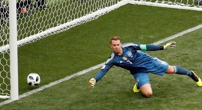 Neuer não defende chute de Lozano, que abriu o marcador para o México