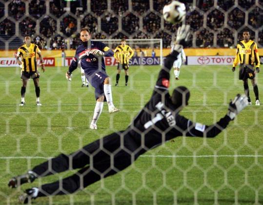 Gol no Mundial de 2005 - Após ser campeão da Libertadores, o São Paulo foi para o Japão para a disputa do mundial de clube. Nesta edição do torneio, Ceni bateu mais um recorde ao ser o único goleiro da história a marcar um gol no mundial. O gol foi marcado na semifinal, contra o Al-Ittihad.