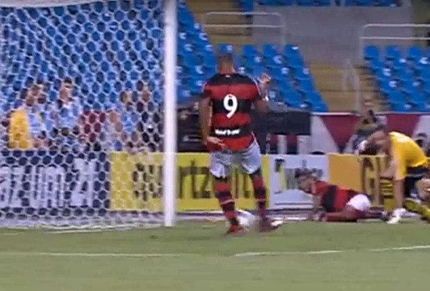 Gol perdido por Deivid: O atacante Deivid, do Flamengo, ficou marcado por um dos gols perdidos mais inacreditáveis do fitebol. Na semifinal da Taça Guanabara, contra o Vasco, o atacante recebeu uma bola praticamente embaixo do gol, sem goleiro e nenhum marcador por perto. Mesmo assim, ele conseguiu acertar a trave.