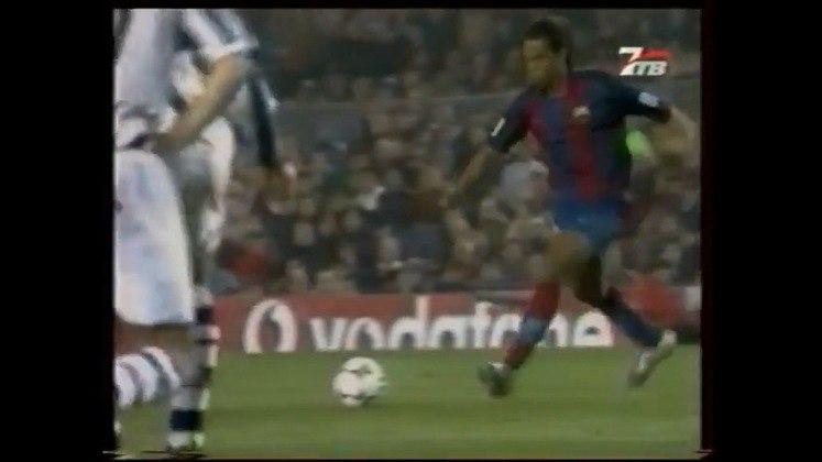 Golaço de falta contra a Real Sociedad - Em jogo extremamente difícil contra o time do País Basco, no Campeonato Espanhol 2003/2004, Ronaldinho fez um lindo gol de falta que decretou a vitória por 1 a 0 já nos minutos finais.