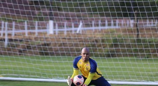 Goleiro do Náutico começou a carreira no futebol italiano e relatou conversar com jogadores do local