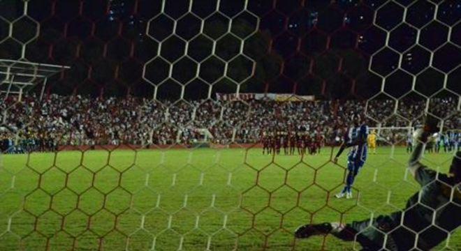 Goleiro do Náutico já defendeu seis cobranças como profissional pelo Timbu e detalhou como se prepara para as penalidades