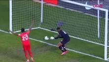 Goleiro do Haiti fura duas vezes e faz gol contra bizarro