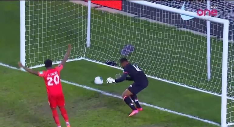 Depois de furar duas vezes, goleiro do Haiti faz gol contra bizarro