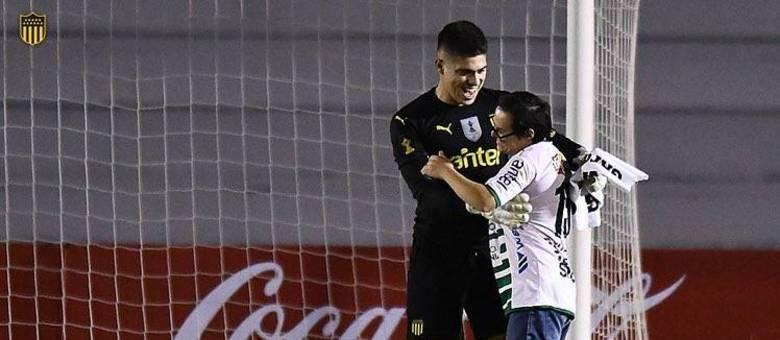 Goleiro Peñarol conversa com torcedor ríval