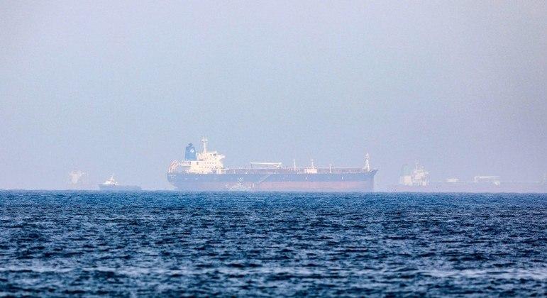 Três navios envolvidos em potencial sequestro se descontrolaram no golfo de Omã