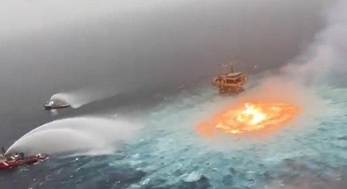 Embarcações combateram as chamas e evitaram que elas atingissem a plataforma